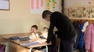 We believe in good: Students Voluntarily help younger children with lessons